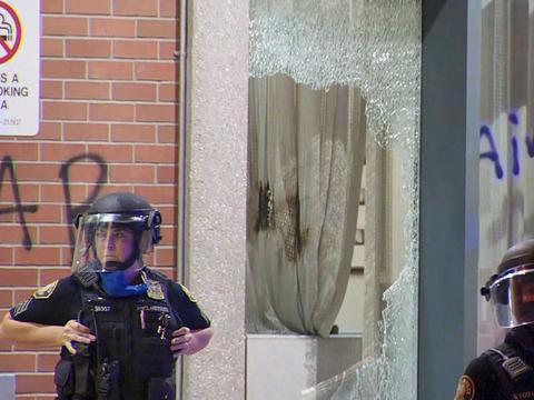"""波特兰市警察局长要对美国""""起义军""""下狠手,市长直接阻止纵容"""