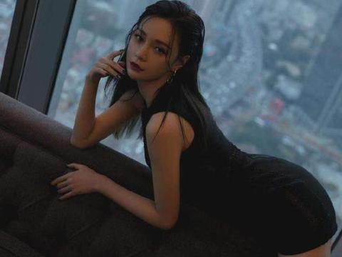 沈梦辰身着黑色长款外套,搭配同色系短裤、皮靴层侧感分明