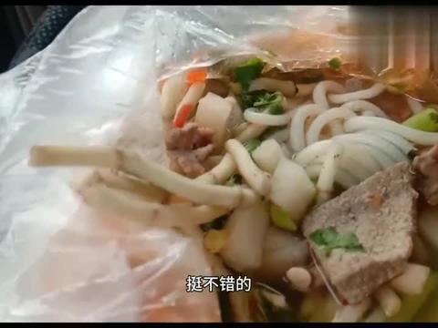 广西少数民族县城的一种粉,里面的配菜让小伙吃得眉头都皱起来