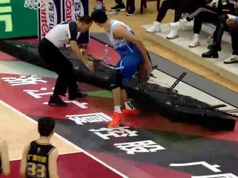 今晚,新疆男篮再遭打击!CBA广告牌倒地,砸中21岁中锋脚踝