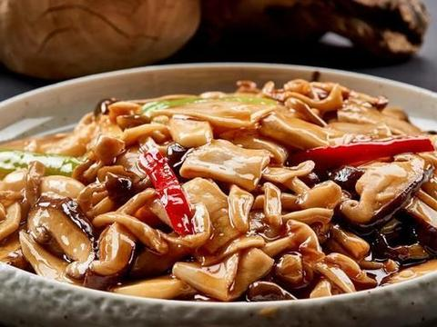 素炒青红椒杏鲍菇,鲜香入味的家常菜,口感软嫩,做法简单超下饭