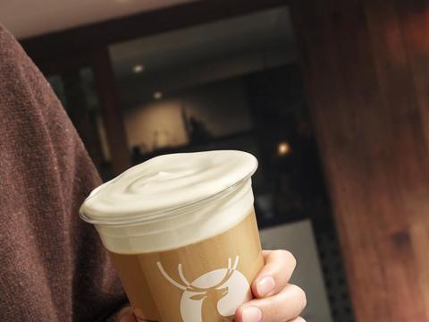 瑞幸上新海盐芝士鸳鸯拿铁:现泡工夫红茶,厚乳搭配奶盖,滋味升级