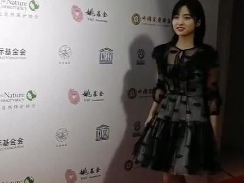 沈月的穿搭不一样,小黑裙穿出了可爱的感觉来,少女感十足啊