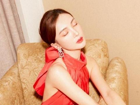 """金晨衣品了得,穿大红色连衣裙秀身材,裙子下摆的""""小心机""""亮了"""