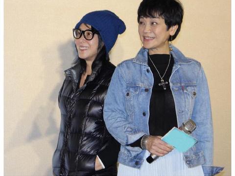 51岁刘若英不一般,黑色羽绒服也穿出文艺范,用帽子来提亮更时髦