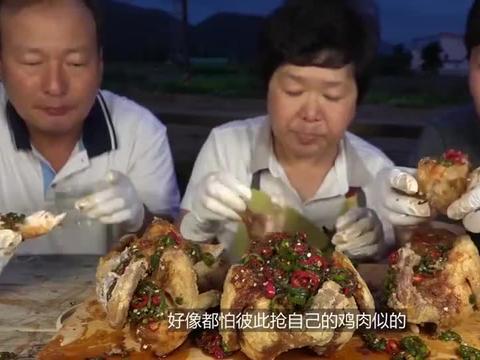 韩国农村一家三口,吃三个烧鸡,吃法太过瘾了
