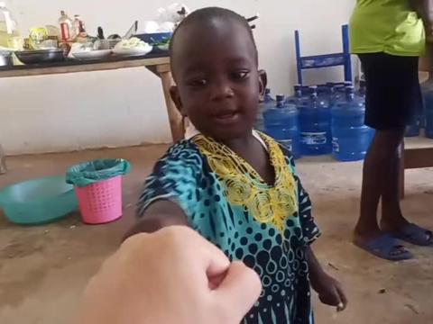 可怜天下父母心,非洲保姆边上班边带孩子只为给他更好的生活环境
