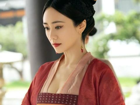 刘芸与62岁妈妈合影似姐妹,妈妈气质出众皮肤细嫩,这状态绝了!