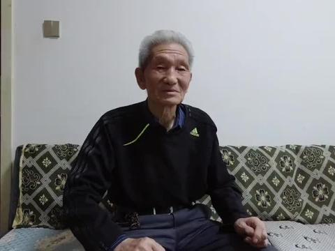 86岁老大爷一月工资4000多,为啥一月就只花600多元?看完感动了