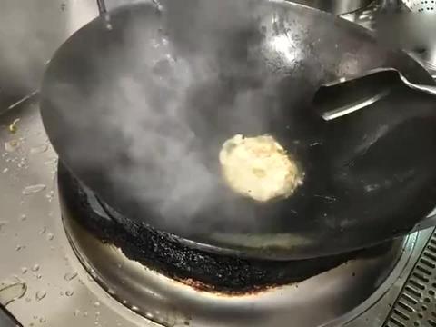 年薪13万的酒店大厨,做了一个荷包蛋,看看这手法和你们一样吗