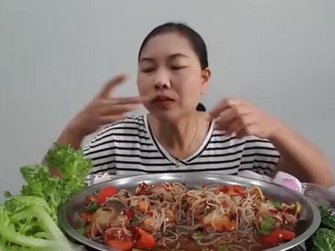 老姐姐吃蛤肉米粉沙拉,姐的晚餐色香诱人