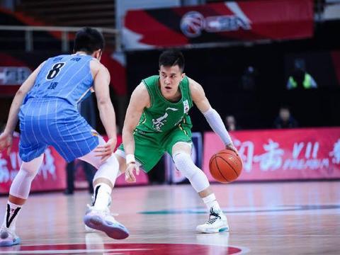 赛后,郭艾伦加练3分球!1米92的他,追身封盖1米88刘晓宇