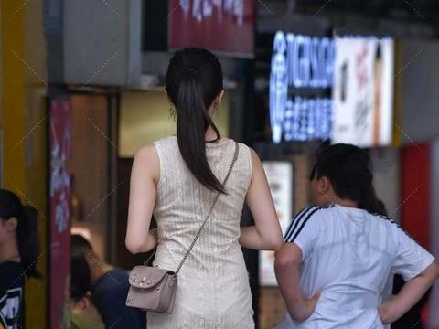 米色无袖连衣裙,网纱质感轻盈,柔软