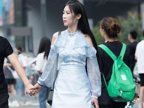 连衣裙展现独特身材魅力,富有活力感,摩登范十足