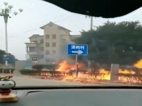 福建福州燃气爆炸事故,一超市老板娘被烧死,男子路边跪地哭泣