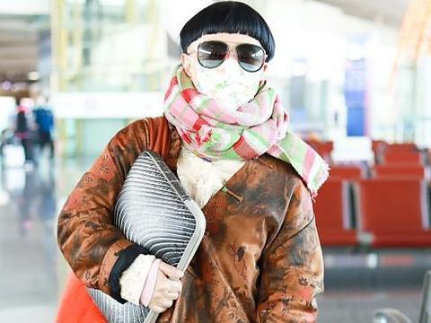 54岁的金龟子蘑菇头出现,彩色围巾配墨镜像村姑,图案皮衣显老气