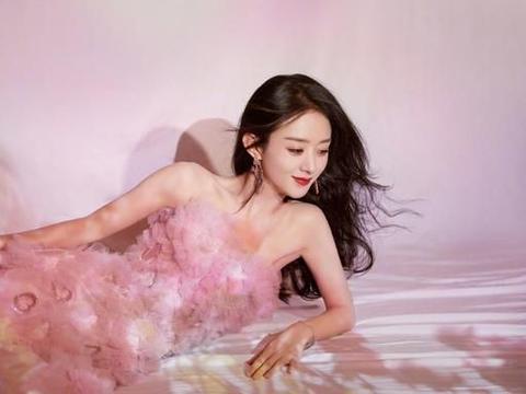 赵丽颖出席盛典造型,一袭粉色爱心礼裙,花朵光影映衬曼妙身姿
