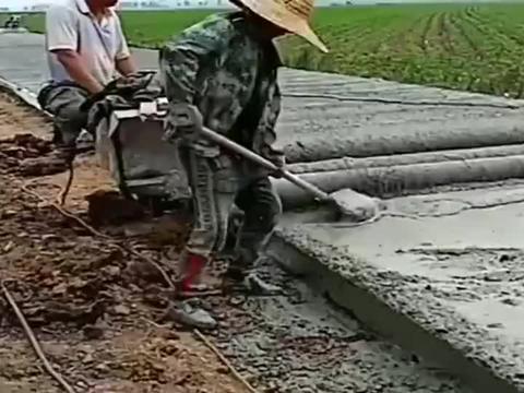 农村师傅修的水泥路,这一看就是豆腐渣工程,老板也不过来监工!