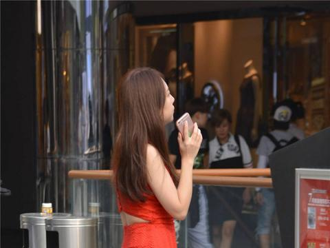 红色流苏修身连衣裙,搭配黑色尖头细跟鞋,时尚洋气
