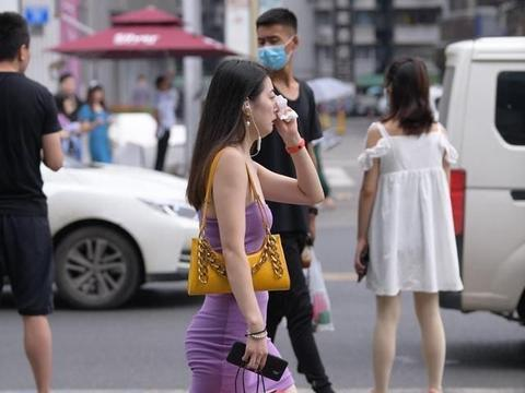 连衣裙包容身材缺陷,表露青春时尚感,凸显优雅气质
