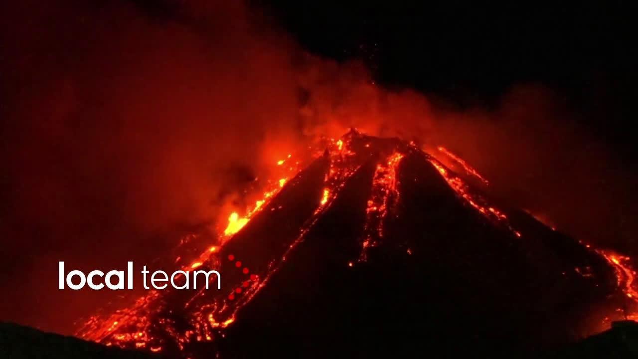 意大利埃特纳火山激烈喷发 岩浆喷涌浓烟笼罩