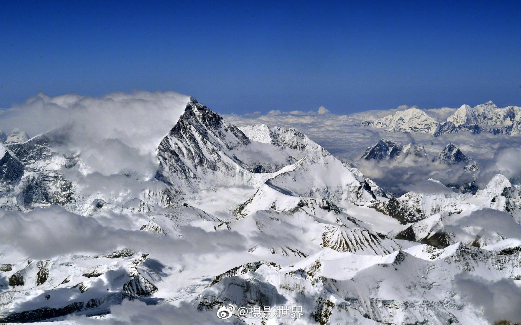 新闻眼|身高8848.86米,珠峰还在长。这是从空中拍摄的珠峰……