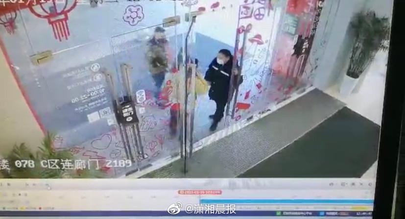 长沙一男子不戴口罩进商场被拒后朝保安吐口水 叫骂:我一年几万块钱白花在这个商场