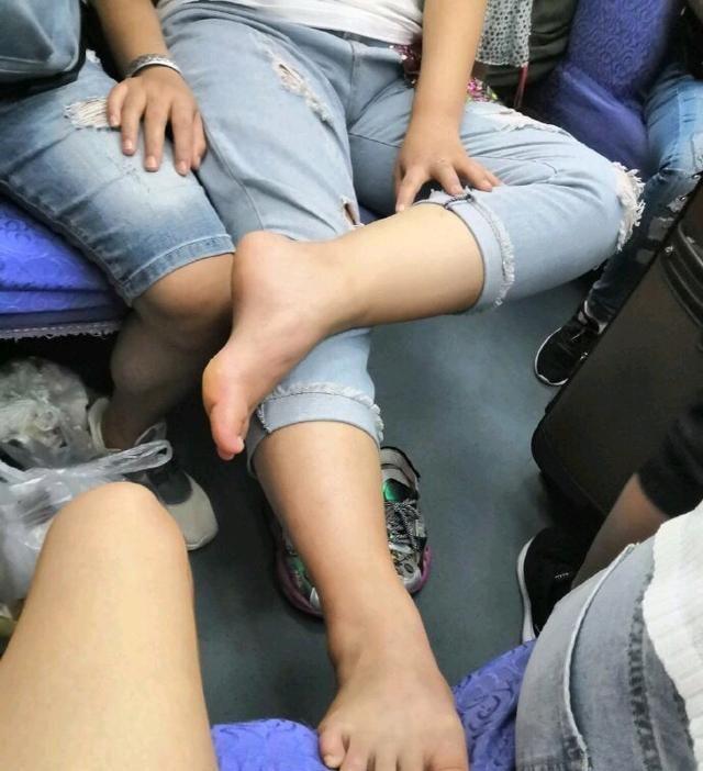 女子高铁不雅坐姿曝光,单脚靠在对方座椅,旁人嫌弃脚气太重