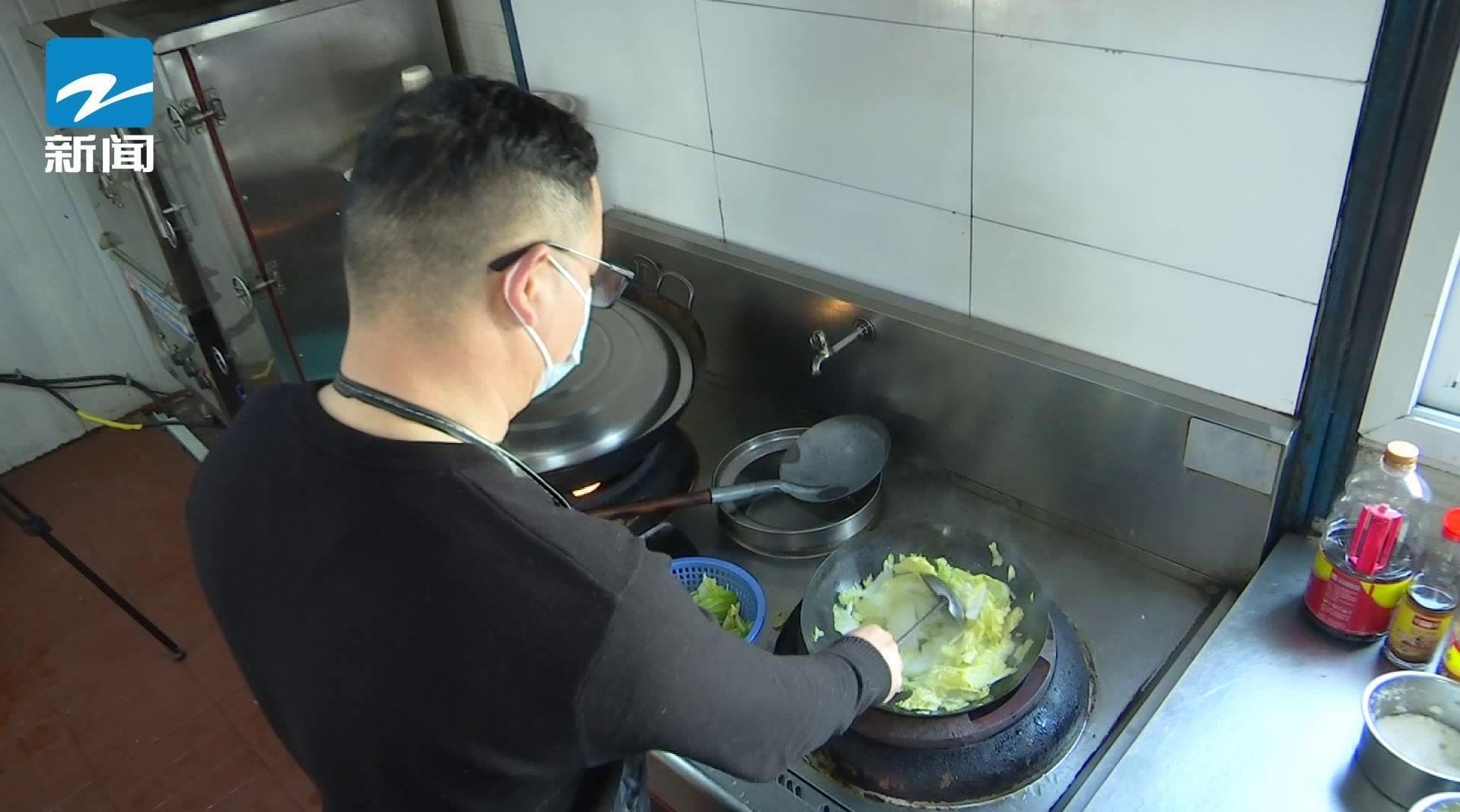 经理为留守员工烧菜 疫情期间曾给同事做了两个月饭