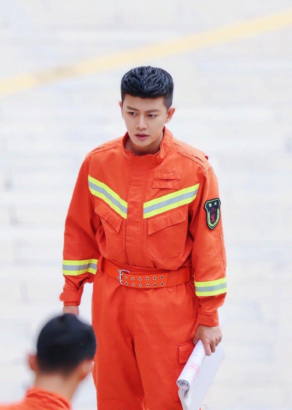 任嘉伦在《蓝焰突击》里的消防服造型真的是帅气逼人呢!