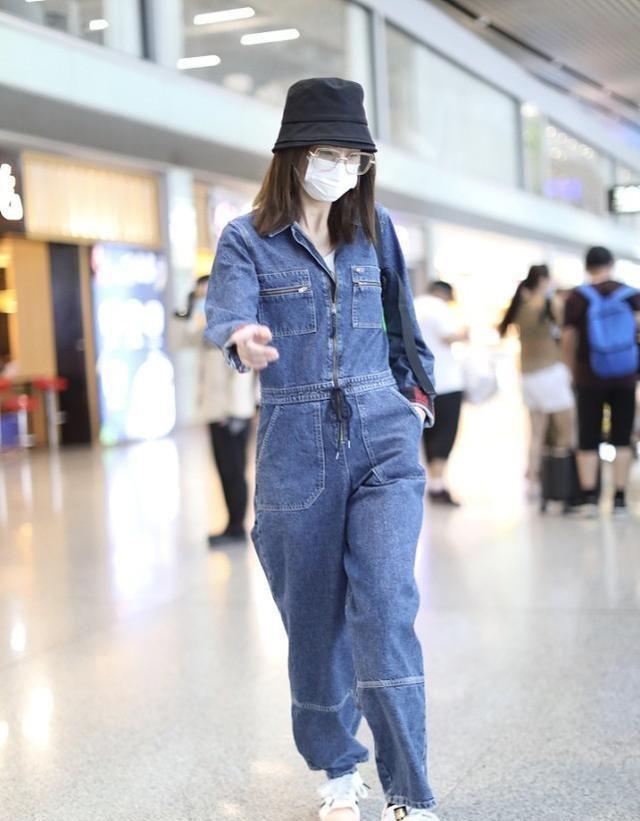 郑希怡真是太会搭配,连体裤造型都时髦又洋气,简直又飒又A