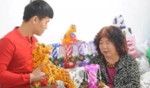 这位65岁的河南老太太愿意冒险做一个试管来留住她28岁的小鲜