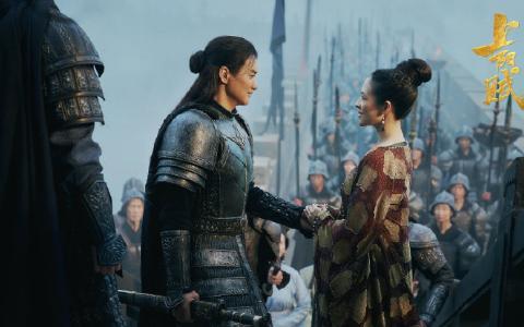 章子怡在剧里为皇后挡刀,剧外穿红裙星动之夜红毯斗艳,美成焦点