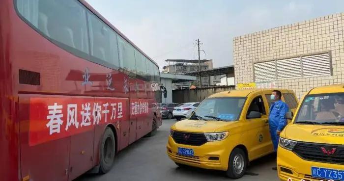 四川开行首趟农民工返乡专车 乡村客运接驳直达家门口
