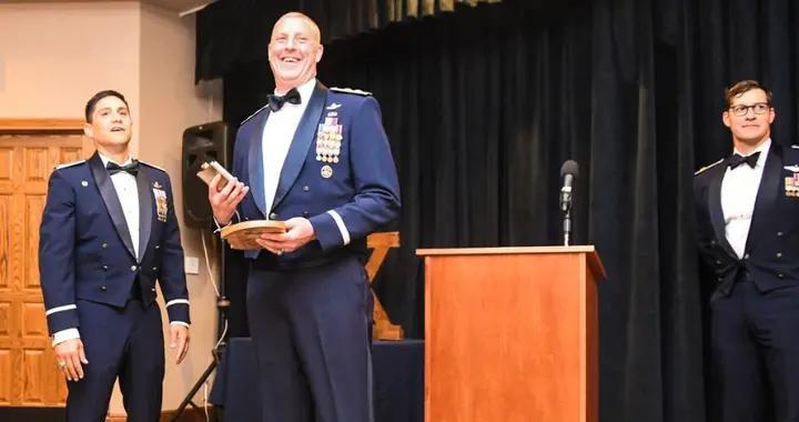 驻韩美军参谋长,军校毕业,少将军衔,累计飞行时间4200小时