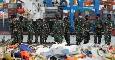 印尼失事客机调查人员:望尽快找到另一个黑匣子
