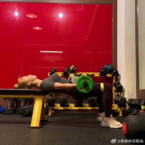 杠铃仰卧顶臀,主要锻炼臀大肌
