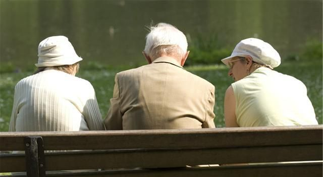 如何看待退休金8000,雇个保姆42这个问题,网友对此也各持己见