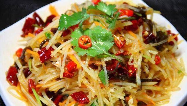美食推荐:电饭煲排骨焖饭、银芽炒蛋、土豆丝、炝拌香菜的做法