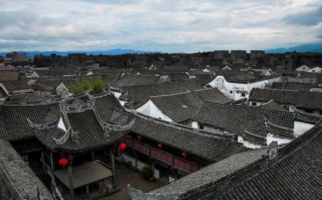 一座著名的浙江古镇,古建成群,历经千年依然风景如画