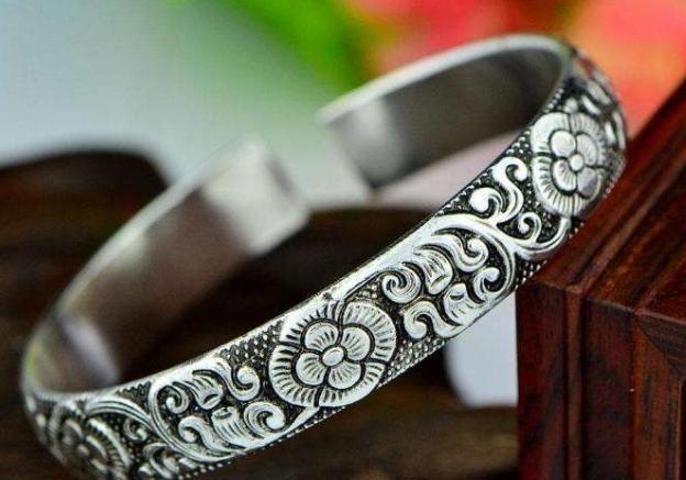 银首饰是最悠久的饰品之一,造型多变是它的特点,每款都出乎意料