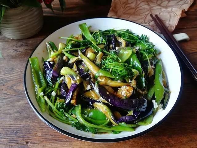 美食:嗜嗜滑鸡煲,乡村扒茄子,肉片炒儿菜,香辣回锅猪蹄的做法
