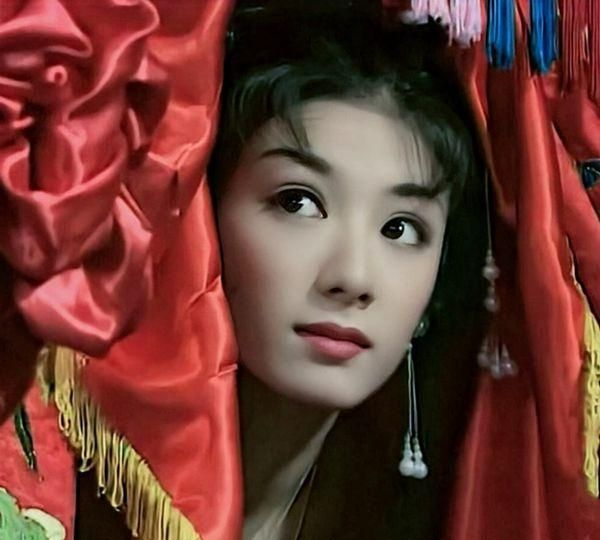 上错花轿嫁对郎:同是丫环,为何小喜能忠心护主,梅香却逃跑了?