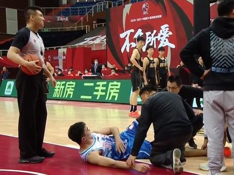 惨上加惨!新疆2场比赛连损3将,周琦替身受伤,周琦吐槽广告牌