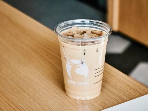 瑞幸新鸳鸯红茶拿铁:香浓咖啡+现泡红茶组CP,更有香醇厚乳注入
