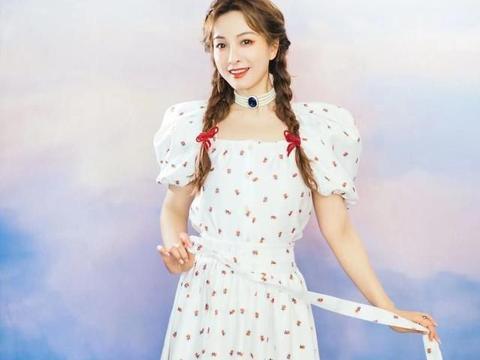 春夏学吴昕穿连衣裙,再加上两股编发,超可爱