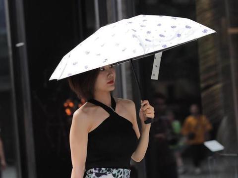 豹纹半身裙搭配黑色背心,做一个温柔中透野的女人