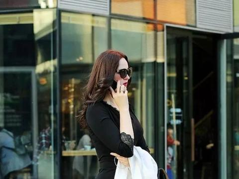 短裙搭配黑丝袜的美女,表现出成熟稳定的气质,很令人羡慕!