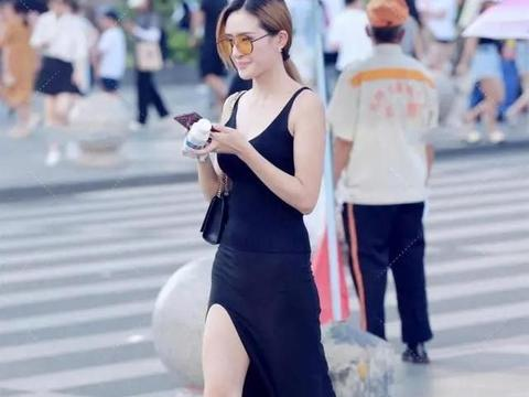高开叉半身裙配黑色针织背心的穿搭,尽显高冷女神魅力