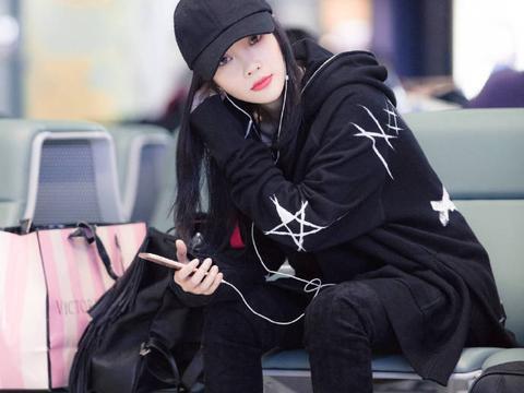 李小璐机场帅气满分,爱上嘻哈风难自拔,棒球帽长筒靴统统不缺